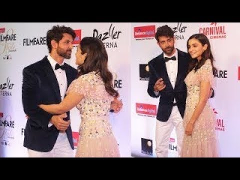 Hrithik Roshan And Alia Bhatt CUTE MOMENT At Filmfare Awards
