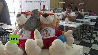 Perú: Reclusas fabrican peluches no oficiales para el Mundial de Fútbol en una cárcel de mujeres