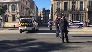 СМИ показали видео оцепленного банка совзявшим заложников мужчиной