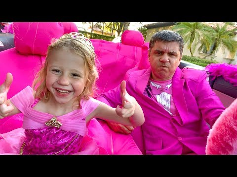 Настя и папа украсили машину в розовый цвет