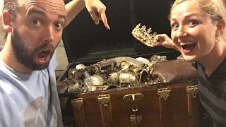 WHAT'S INSIDE OUR TREASURE CHEST! TREASURE HUNT Q&A LIVE! - Video Youtube