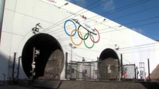 preview picture of video 'Les anneaux olympiques à l'entrée du Tunnel sous la Manche'