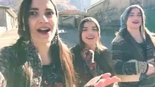 Gürcü Kızlardan Yolda Yürürken Süper Şarkı