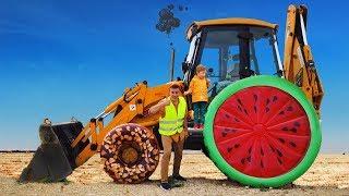Трактор сломался, отвалилось колесо! Лёва приехал и помог Папе отремонтировать трактор.