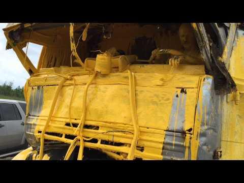 Przywalić ciężarówką w auto załadowane do pełna żółtą farbą – bezcenne!