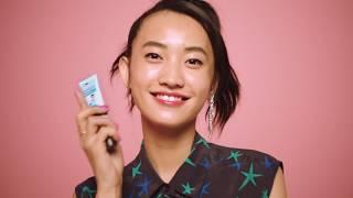Obtenez The POREfessional maintenant! http://bit.ly/1ySqBjZ Obtenez The POREfessional agent zero shine maintenant! http://bit.ly/1ySqGEj Quand il est question de pores, seul le meilleur des baumes est à la hauteur. Appliquez notre baume léger PRO pour minimiser l'apparence des pores et fixer le maquillage toute la journée. Poursuivez par The POREfessional agent zero shine pour une peau plus douce que tout, sans brillance. Il vous suffit de dévisser, saupoudrer et estomper pour afficher une mine resplendissante de fraîcheur sans aucune démarcation.  Regardez la vidéo pour une application sans bavure!  http://www.benefitcosmetics.com  Inscrivez-vous pour plus de trucs et astuces: http://bit.ly/Utd37qÀ regarder en HD!
