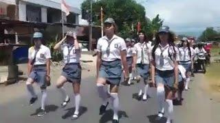 Pakai Rok Mini Ala Pelajar SMA, Aksi Baris Berbaris Kelompok Ini Curi Perhatian Warga