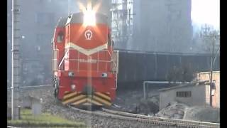 preview picture of video 'Chinese diesel - New DF10D 0060 brings a loaded coal train into Shenxi yard'