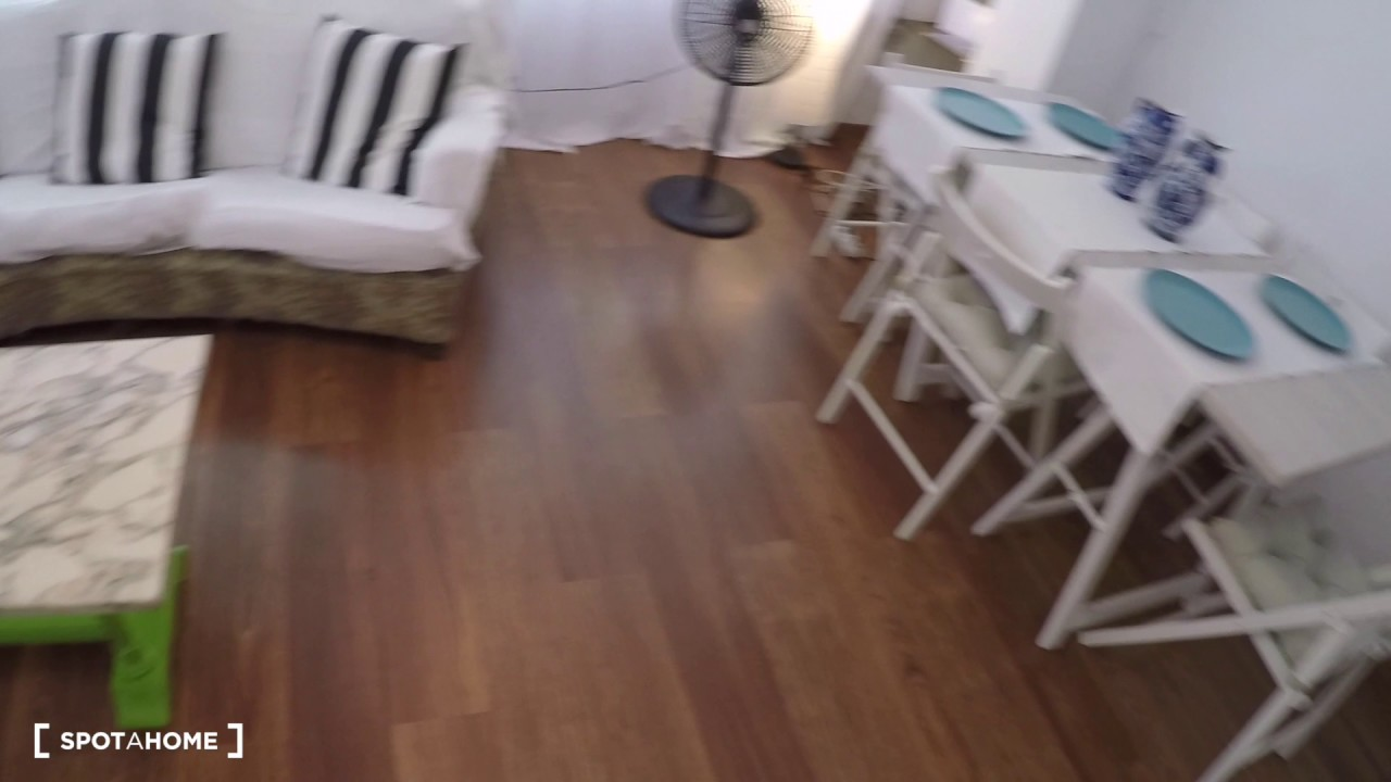 Ample room with desk in 3-bedroom apartment, Ciutat Vella