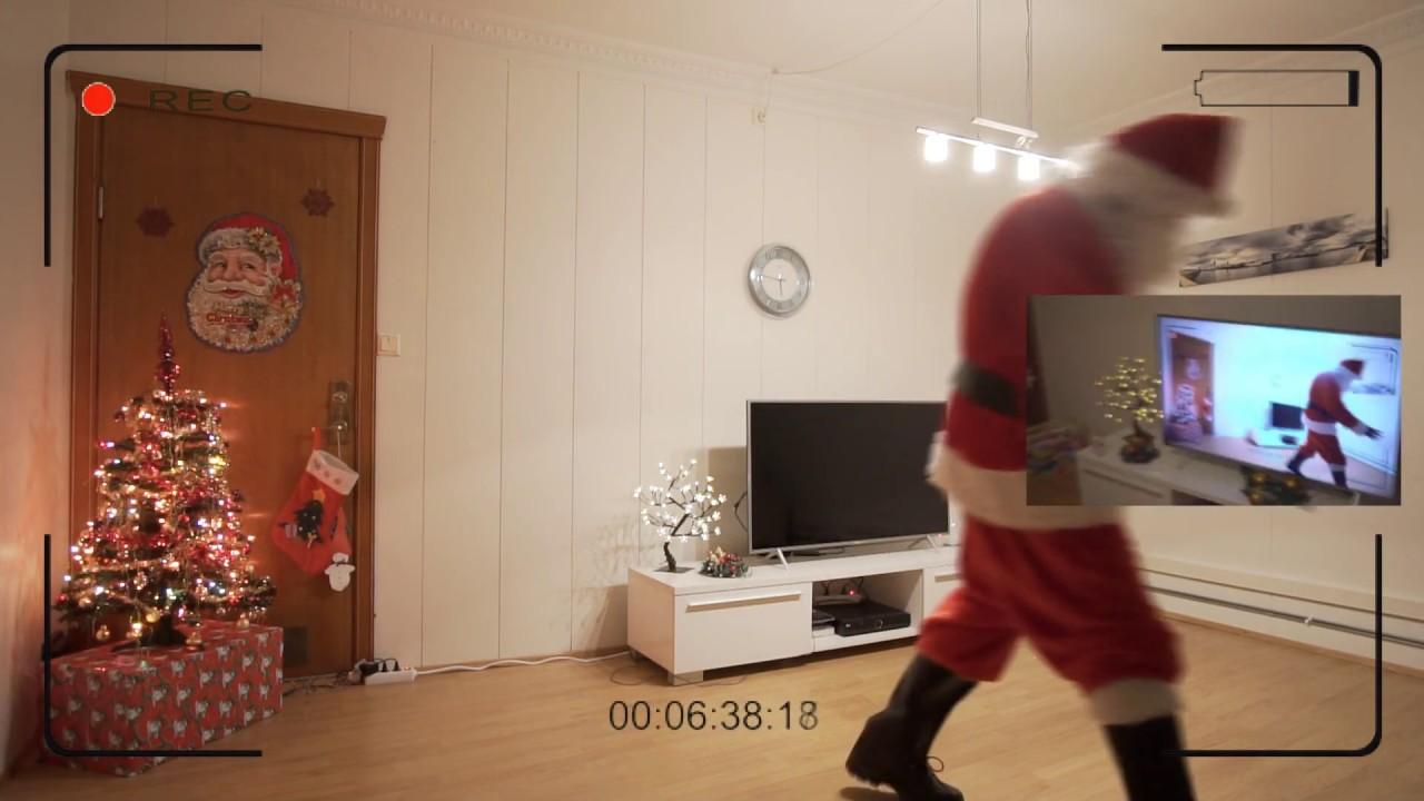 Как Дед Мороз кладет подарки под елку