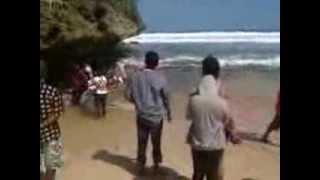 preview picture of video 'Misteri ikan 21M terdampar pantai selatan Malang'