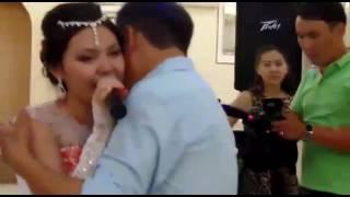 трогательно до слёз невеста поёт и плачет