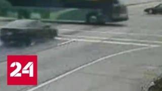 В США легковушка, уходившая от погони, врезалась в автобус - Россия 24