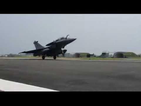भारत पहुंचा राफेल विमान, देखिये LIVE