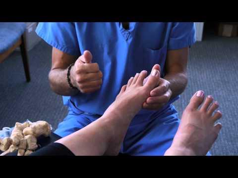 อะไรเจ็บกระดูกเท้าบนนิ้วเท้าใหญ่และการเจริญเติบโต