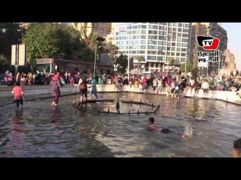 الأطفال يحولون نافورة «النهضة» لـ«حمام سباحة»