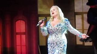 """Лариса Долина исполняет джаз в Саратове на вручении премии """"Высота"""""""