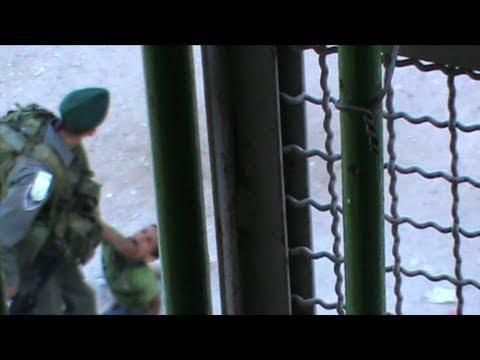 بالفيديو- جنديان إسرائيليان يلهوان بالتنكيل بطفل في الخليل
