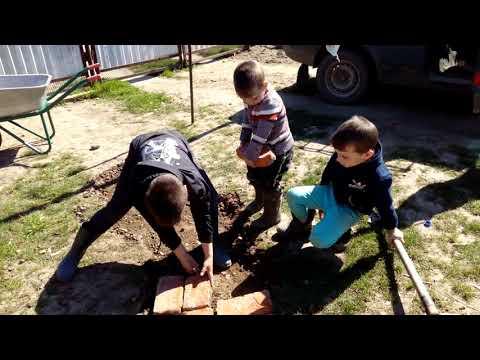 Дети кладут дорожку из кирпича