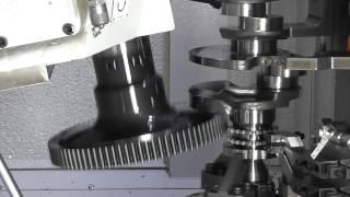 Stoßen einer Kurbelwelle auf der Liebherr-Wälzstoßmaschine LFS 200