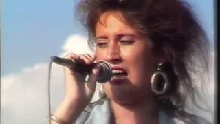 Anne Haigis beim 'Anti-WAAhnsinns' Festival 1986   in Begleitung von Ralf Schübel