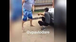 Этот тип хотел вскрыть машину возле пгпи на парковке