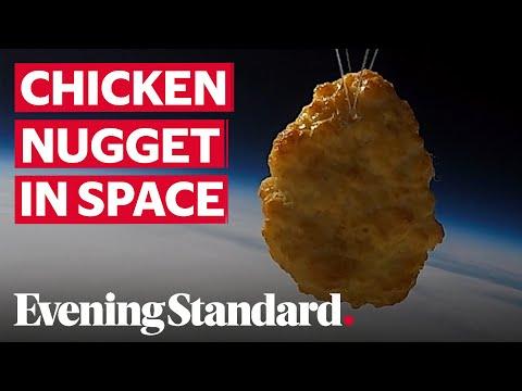 """بالفيديو: قطعة دجاج """"ناغت"""" تصل إلى الفضاء وحيدة... كيف حصل ذلك؟"""