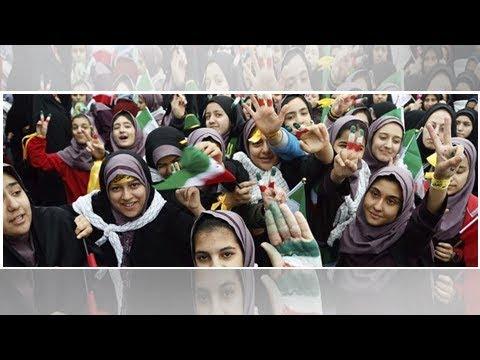 Indignación en Irán por el vídeo en que la 'policía de la moral' golpea a una joven por llevar su...