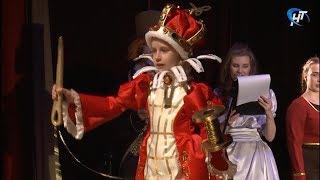 В Великом Новгороде прошел гала-концерт юбилейного фестиваля карнавального костюма «Золотая пуговица»