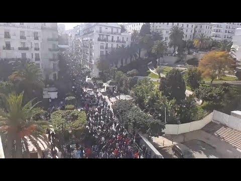 شاهد آلاف الجزائريين يحتجون على عهدة بوتفليقة الخامسة …
