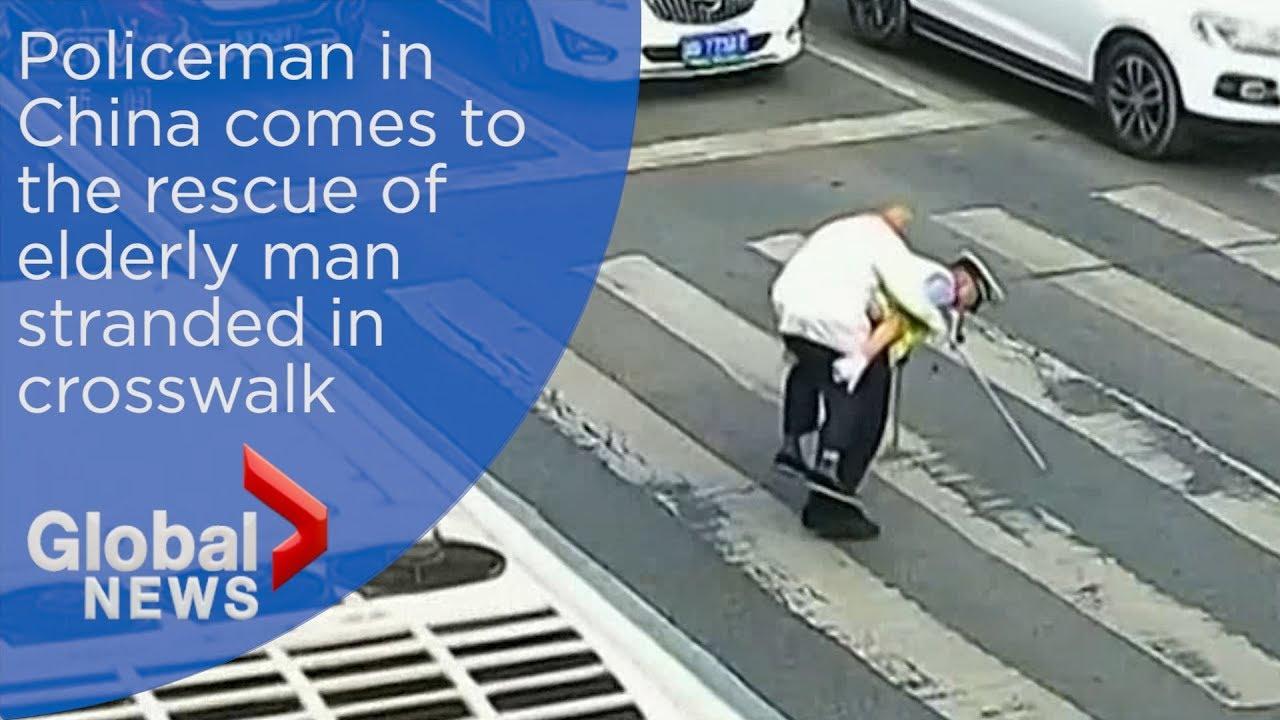 В Мяньяне полицейский перенес старичка через дорогу на своей спине