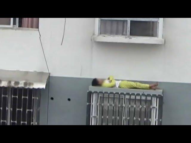 طفل ينام على شباك نافذته بعد أن عاتبه والده على كسله ونومه الزائد