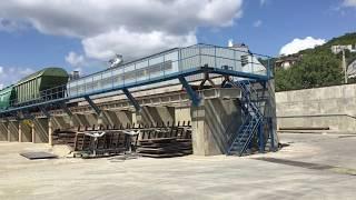Процесс перевалки зерна из хоппер вагонов в автотранспорт