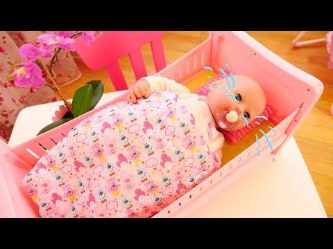 Spielzeugvideo für Kinder. Das neue Puppenbett. Spielspaß mit Baby Born