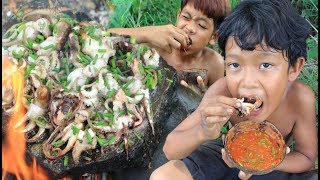 Primitive Technology - Grilled octopus in forest - Cooking on rock eating delicious