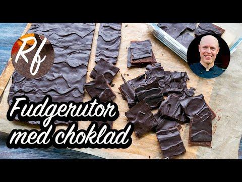 Fudgerutor med choklad på toppen.  Ett godis som är rätt lätt att laga genom att man kokar av smör, socker, sirap, kakao och lite vetemjöl som sedan bres ut och får stelna och täcks med ett lager smält choklad.>