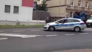 Manifestacja poparcia PiS. Średnia wieku i liczebność powala. Oczywiście wszystko w asyście policji.