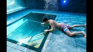 Van egy ABLAK a medence alján!