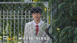 เพลง: พูดไม่ออก (JUST WONDER) ศิลปิน: The TOYS เนื้อร้อง: The TOYS ทำนอง: The TOYS เรียบเรียง: The TOYS โปรดิวเซอร์: The TOYS Mix & Mastering: The TOYS สังกัด: What The Duck (วอท เดอะ ดัก)  Digital Released  ► iTunes / Apple Music: https://apple.co/2IyYp3Y ► Spotify: https://spoti.fi/2T5zPvt   ► JOOX: https://joox.page.link/L1tr   Lyrics: * ฉันคงจะตกหลุมรัก เธออีก I just wonder,บางที แต่ว่าเธอน่ะใจร้าย แบบนี้ ฉันก็พูดไม่ออกแต่รู้ว่าไม่ค่อยดีหรอก ตกหลุมรัก เธออีก I just wonder,บางที แต่ว่าเธอน่ะใจร้าย แบบนี้ ฉันก็พูดไม่ออกแต่รู้ว่าไม่ค่อยดีหรอก  ฉันไม่คิดในชีวิตจะมาหลงรัก ไม่มีสิทธิ์คิดอะไรแบบนั้นหรอก รู้ฉันรู้มันยากจะบอก เธอฉันไม่ควรเอาแต่ใจ ถ้าเธอคิดจะไป  แค่เธอยิ้ม มองลงมา ฉันก็เพ้อไปทุกทีทุกเวลา  เธอไม่เหมือนใครแต่ฉันคนธรรมดาแต่ถ้าจะเก็บเธอไว้ใครก็คงจะเวทนา  ซ้ำ (*)  แอบดูตอนที่เขา ส่งข้อความ มาบอกเธอ อย่างทำอย่างนี้ ทำอย่างนั้น ฉันก็ได้แต่ แอบดูตอนที่เขา ส่งข้อความ มาบอกเธอ อย่างทำอย่างนี้ ทำอย่างนั้น ฉันก็ได้แต่มอง  ซ้ำ (*)    What The Duck T. 026-196-099 F. 026-185-983  _____________________________________________________ ติดต่องาน : หลุยส์ 081 - 857-0572 | แฟรงค์ 089-638-8249  _____________________________________________________ ฝ่ายประชาสัมพันธ์ : เฟิร์ส 095-553-8052 | วิ 082-483-5463  _____________________________________________________ ติอต่องาน Marketing, Sponsorship and other:  ฝน 06-1563-9915 | หุย 06-2914-5946 _____________________________________________________  https://www.facebook.com/whattheduckmusic https://www.facebook.com/thisisthetoys   #พูดไม่ออก #TheTOYS #Whattheduckmusic