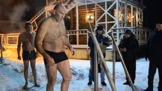 Николай Валуев купается в Енисее