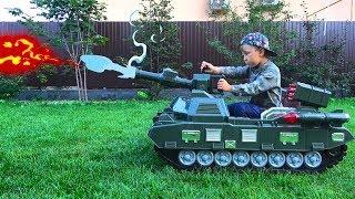 يختار سينيا أفضل سيارة لنفسه: دراجة صغيرة أو سيارة جيب أو دبابة!