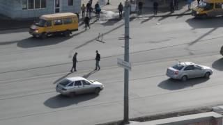 Толпа подростков избила прохожего в Челябинске. НАЧАЛО