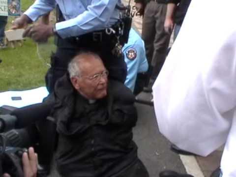 PREOT de 80 de ani, ingenuncheat, incatusat si arestat la discursul lui Obama de la Universitatea Notre Dame. PROTESTE anti-Obama si anti-avort