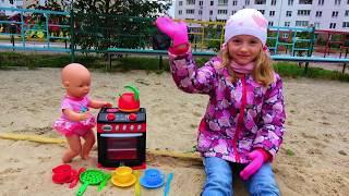 Полина играет с детской посудкой и куклой Беби Бон видео для малышей