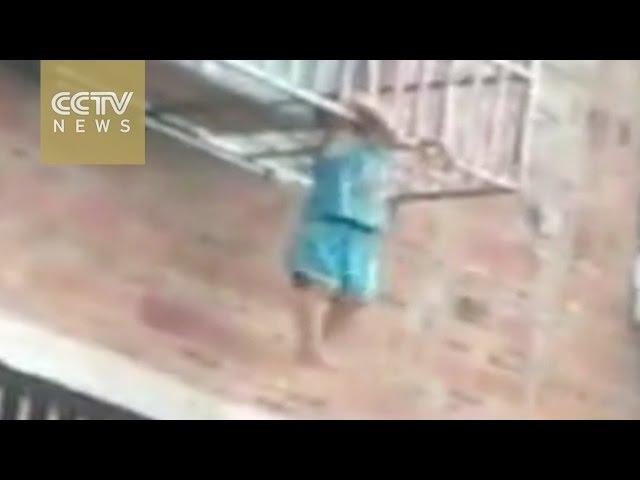 رجل يقع في مأزق بعد إنقاذ طفل عالق