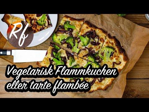 Vegetarisk Flamkuchen eller tarte flambée toppad med stekt karamelliserad rödlök, broccoli, lite ost och crème fraiche. >