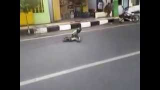preview picture of video 'naik motor yuukk... TOPENG MONYET 4'