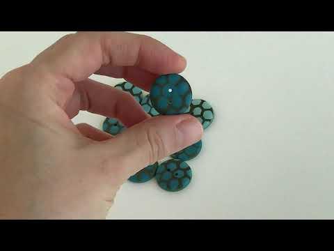 20 mm – 9 vnt. Mėlynai žalių spalvų sagos su korio ornamentu (BT271)