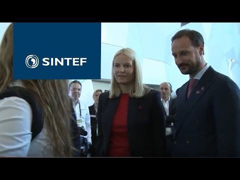 Many curious visitors at SINTEF´s stand at Technoport 2017, among them our Crown Prince and Crown Princess . (Video: SINTEF/Ingvil Snøfugl)