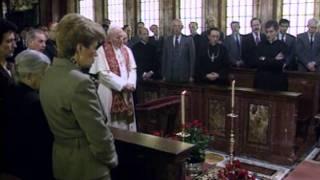 John Paul II prays before mortal remains of Bishop Alvaro del Portillo